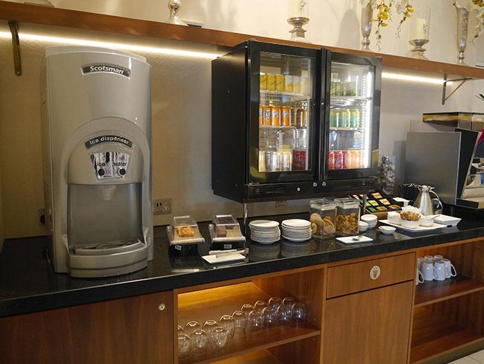 Singapore Airlines SilverKris Lounge, London Heathrow, drinks and snacks