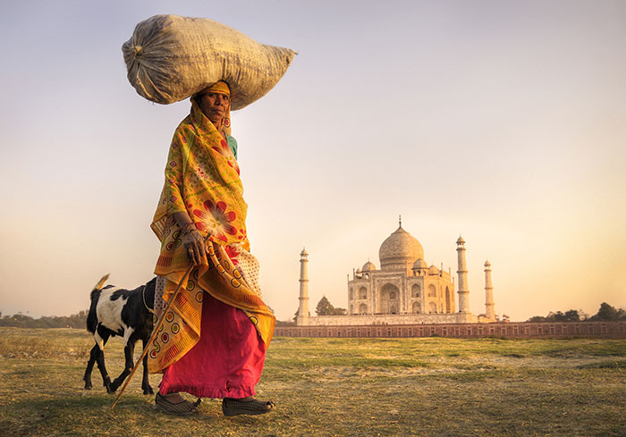 Woman carrying goods, Taj Mahal