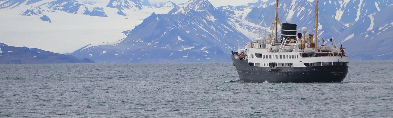 A Hurtigruten cruise ship in Norways. Image by Arnau Ferrer