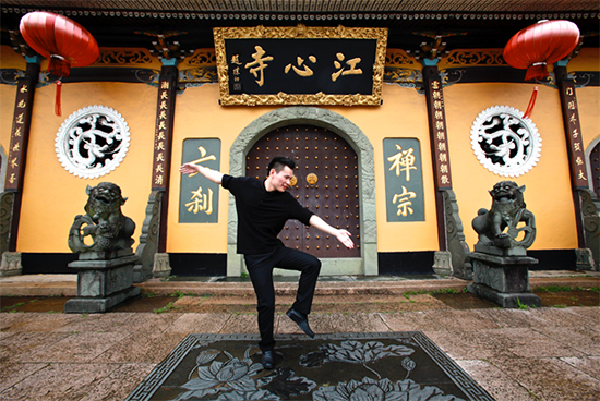 A dancer in front of a temple in Wenzhou