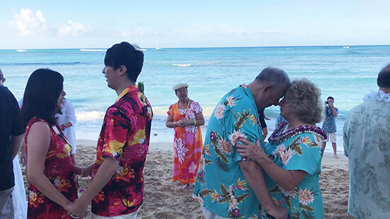 Vow renewal ceremony with Luana at Outrigger Reef (image: Phil Murray)